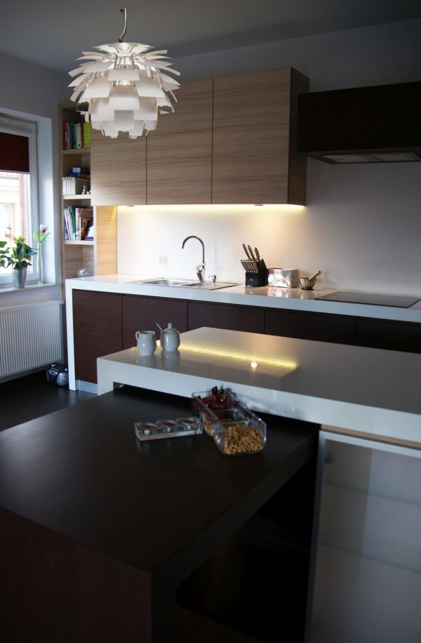 projekt kuchni, zabudowa kuchenna, piekarnik pod zabuowę, kuchnia na wymiar, projekt warszawa, białe blaty, błyszczący blat